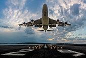 日没時に離陸する旅客飛行機