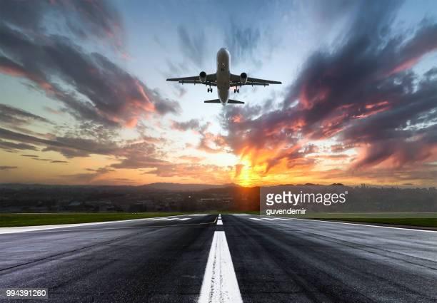 人乗りの飛行機の離陸する夕暮れ - 滑走路 ストックフォトと画像