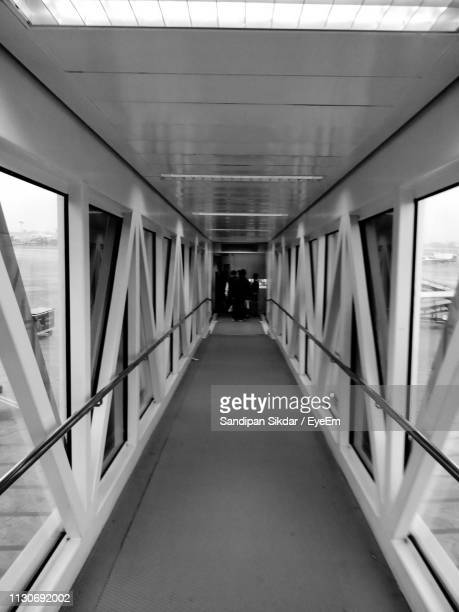 passenger boarding bridge at airport - passenger boarding bridge stock pictures, royalty-free photos & images