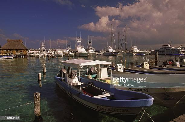 passenger ferry area, isla mujeres, mexico - mujeres fotos stockfoto's en -beelden