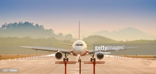 avión de pasajeros antes de aterrizar en la madrugada en el aeropuerto de asia - extremo oriente fotografías e imágenes de stock
