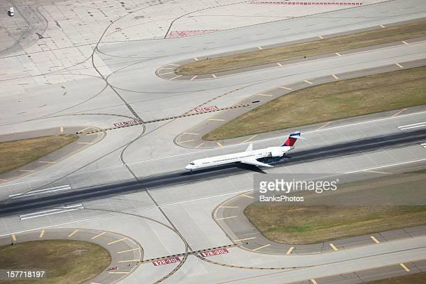 Passageiros de Avião a pousar na pista de fumar, com pneus, a partir de cima