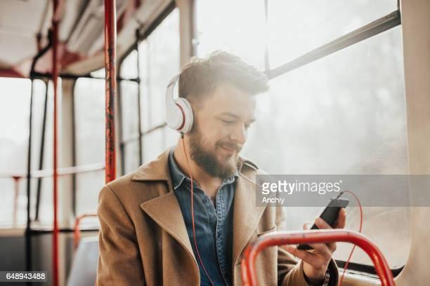 Passagier Musikhören auf ein öffentliches Verkehrsmittel