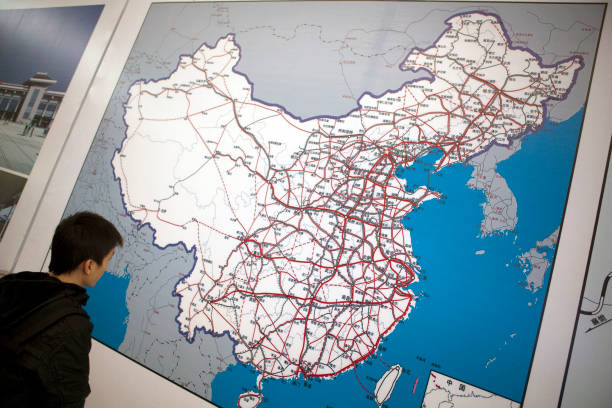 Photos et images de china railway high speed wuhan guangzhou train a passenger looks at a map of the china rail network inside the new guangzhou south gumiabroncs Images