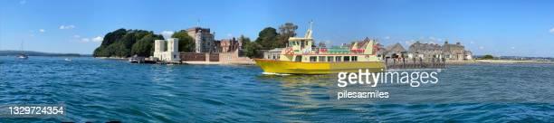 乗客観光客フェリーは、プールハーバー、ドーセット、イングランド、英国のブラウンシー島を出発します - プール湾 ストックフォトと画像