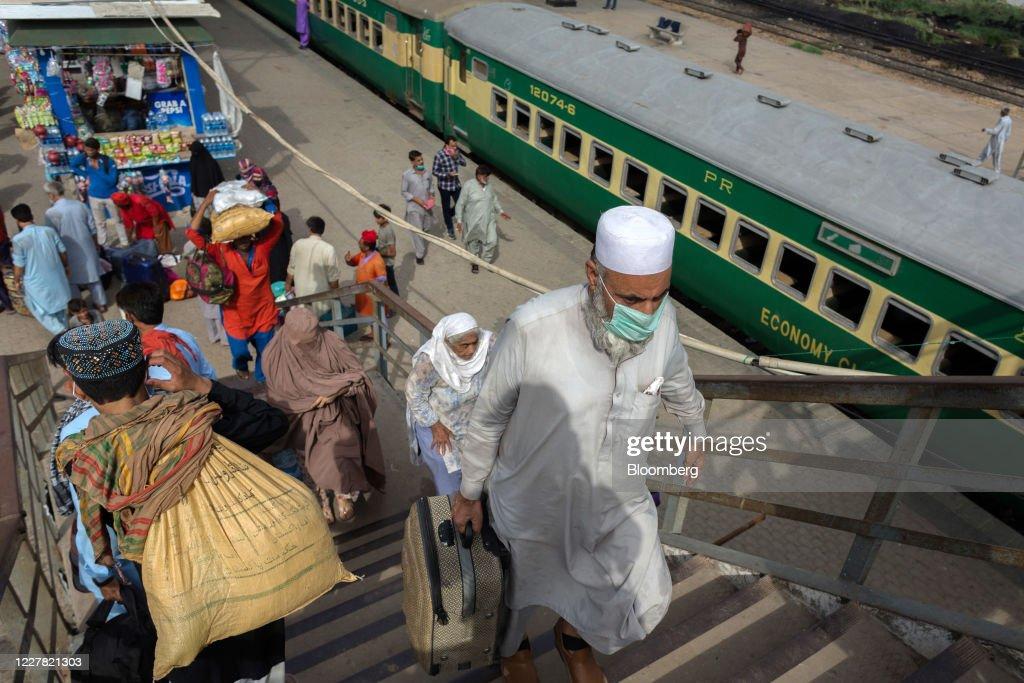 Pakistan Warned of Fresh Virus Threat as Millions Travel for Eid : News Photo