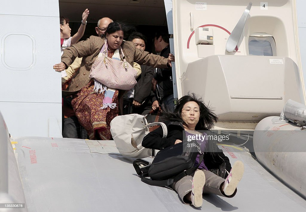 Passengers are evacuated from a Cathay P : Nachrichtenfoto