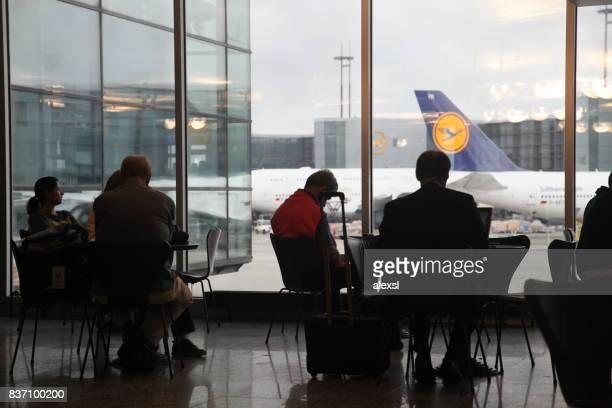 Passagiere sind gefundenes Fressen für einen Flug im Flughafen Frankfurt, Deutschland