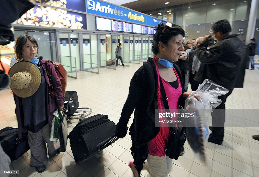 Passengers arrive from Mexico on April 2 : News Photo