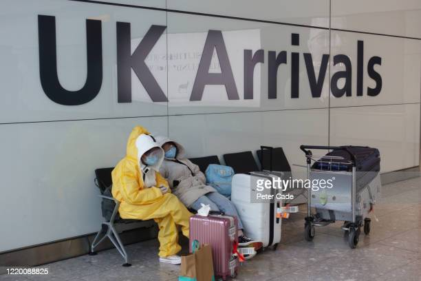 passengers arriving in uk wearing protective clothing - groot brittannië stockfoto's en -beelden