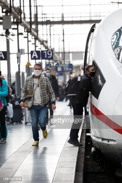 fahrgäste am hauptbahnhof frankfurt - hauptbahnhof - ollo stock-fotos und bilder
