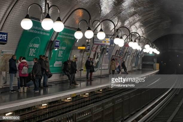 passengers at cite subway station,paris. - emreturanphoto fotografías e imágenes de stock