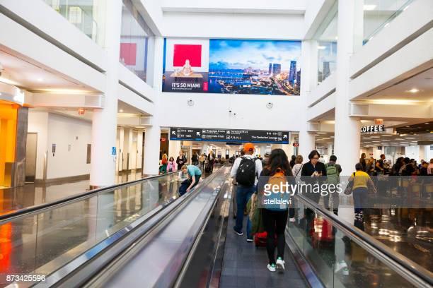 pasajeros en el aeropuerto de miami - aeropuerto internacional de miami fotografías e imágenes de stock