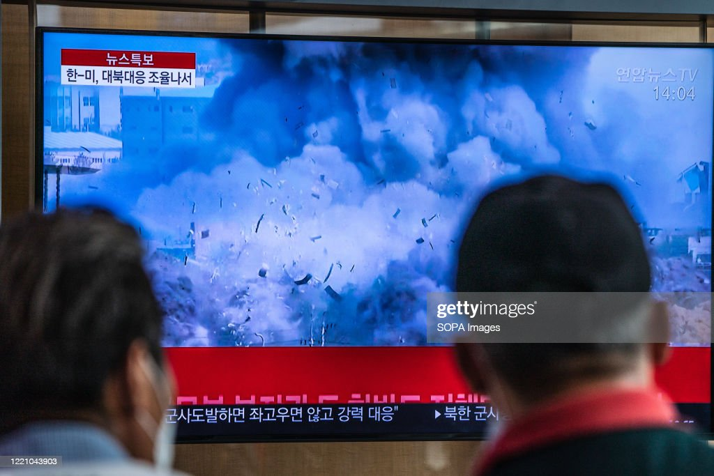 Passengers at Seoul station watch TV news showing a video... : News Photo