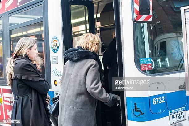 Passagiere einsteigen in den Bus