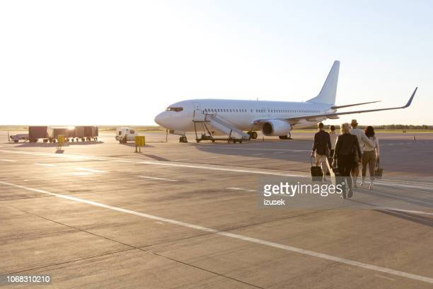 passengers boarding a flight - aeroplane stock pictures, royalty-free photos & images