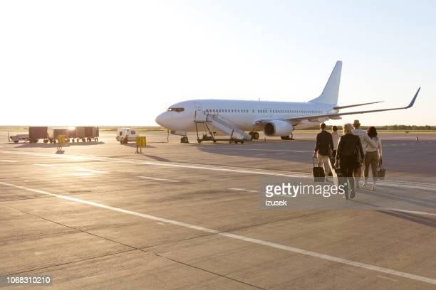 passagiers aan boord van een vlucht - vliegtuig stockfoto's en -beelden