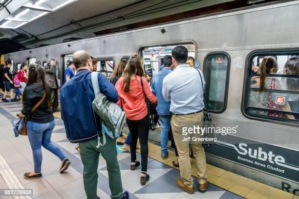 Passengers boarding a train at Callao station
