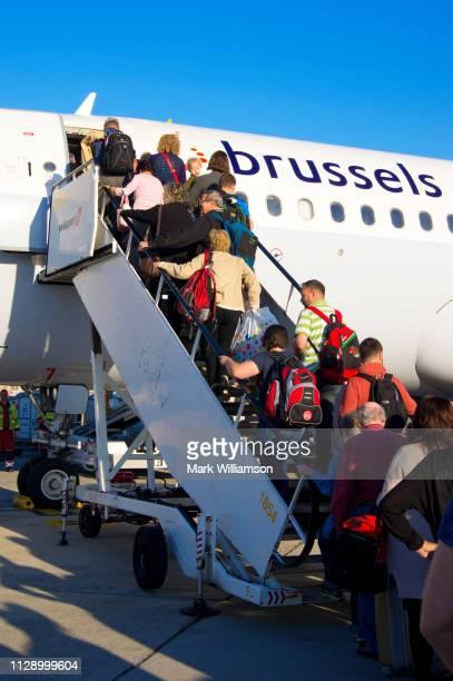 passengers boarding aircraft. - região da capital - fotografias e filmes do acervo