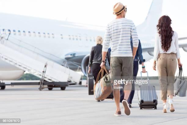 passagiers in het vliegtuig - izusek stockfoto's en -beelden