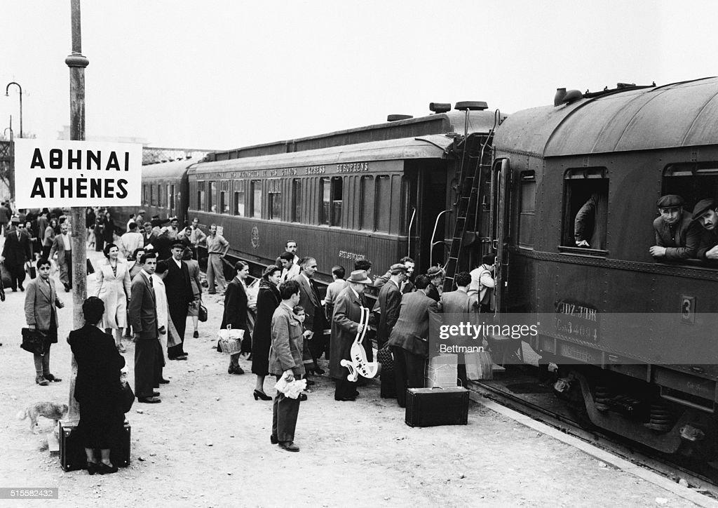 Passengers Boarding Passenger Cars : Photo d'actualité