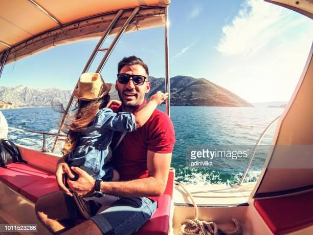乗客の娘と父親 - 乗り物に乗って ストックフォトと画像