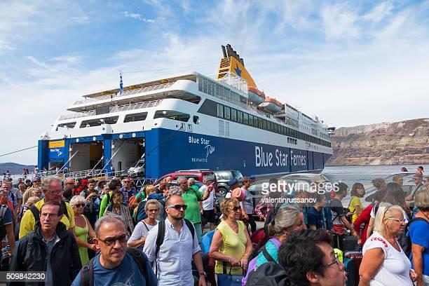 Passeggeri sbarco dal traghetto, Santorini, Grecia