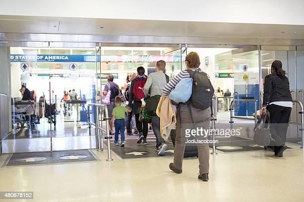 Los pasajeros ingresar la aduana en el Aeropuerto Internacional de Miami