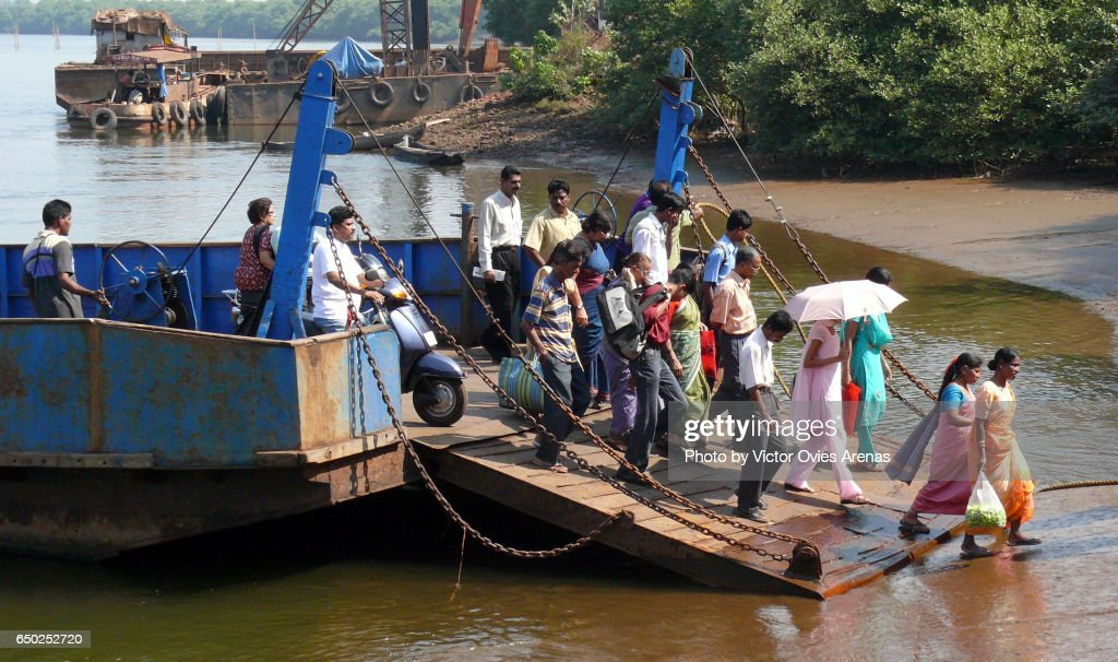 Passengers getting off the ferry from Old Goa to Divar Island on the Mandovi River in Old Goa, India : Foto de stock