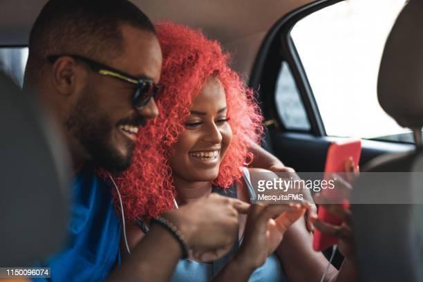 乗客はタクシーに乗って楽しみを持っています - 中南米 ストックフォトと画像