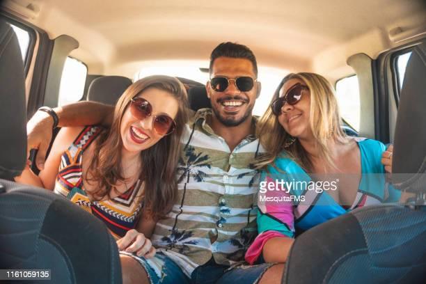 車の旅で楽しい乗客 - 中南米 ストックフォトと画像