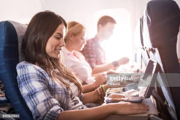 Passagiere, Mittagessen und reisen Sie mit dem Flugzeug.