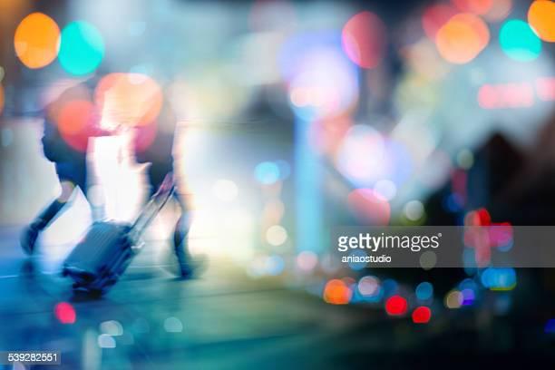 Los pasajeros en el fondo de la ciudad por la noche