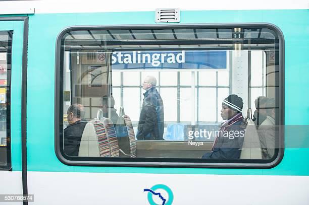 Passagers dans le métro de Paris, en France