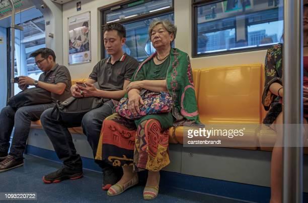 バンコクのスカイトレインの乗客 - バンコク・スカイトレイン ストックフォトと画像