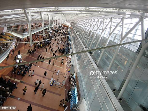 passagiere in den internationalen flughafen kansai (kix - internationaler flughafen kansai stock-fotos und bilder