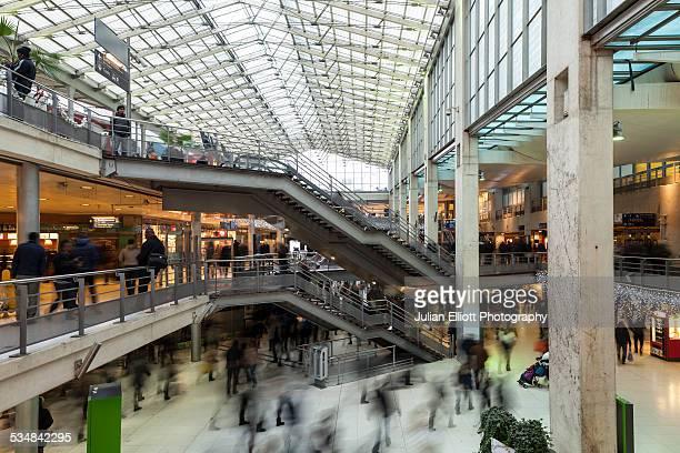 passengers passing through gare du nord, paris - gare du nord stock pictures, royalty-free photos & images