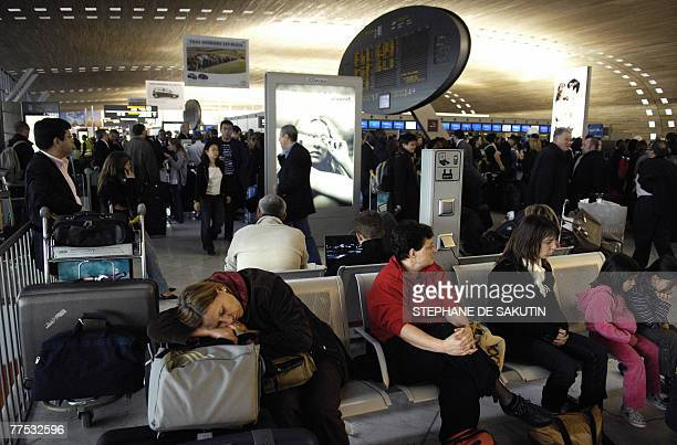 Passengers queue at ParisCharles de Gaulle airport 27 October 2007 in Roissy outside Paris as Air France cancelled scores of flights on the third day...