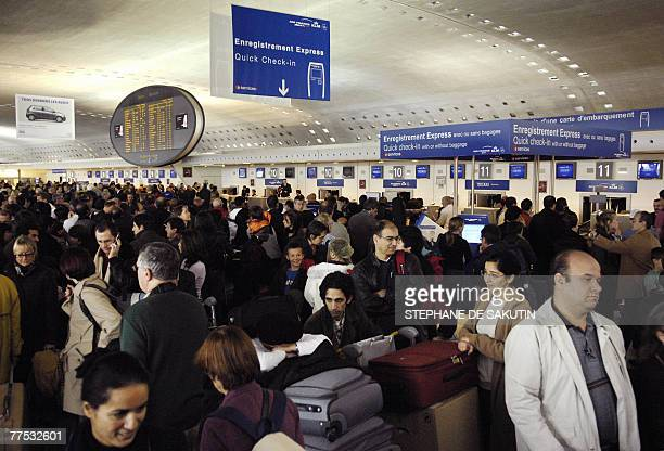 Passengers queue at Paris-Charles de Gaulle airport, 27 October 2007 in Roissy, outside Paris, as Air France cancelled scores of flights on the third...