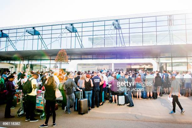 Passengers queue at the entrance of Brussels Airport after a power outage in Zaventem on June 15 2017 / AFP PHOTO / BELGA / JASPER JACOBS / Belgium...