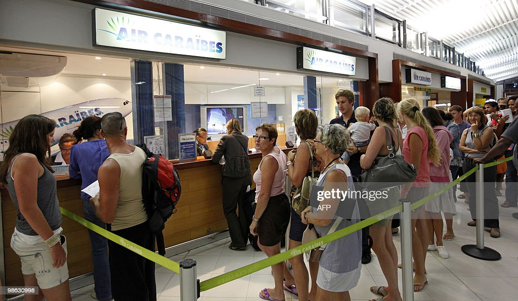 Passengers queue up as they wait for Air : Nieuwsfoto's