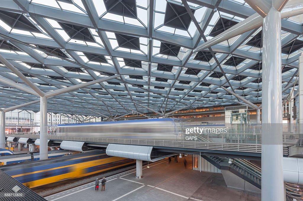 Passeggeri in attesa per il treno sulla piattaforma della stazione ferroviaria : Foto stock
