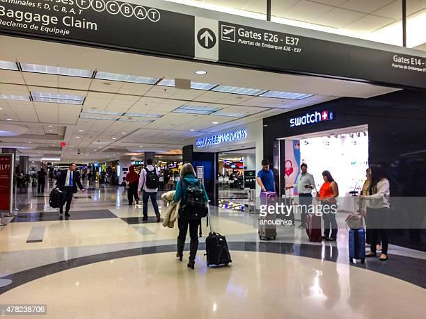 passengers walking through atlanta airport - hartsfield jackson atlanta international airport stock pictures, royalty-free photos & images
