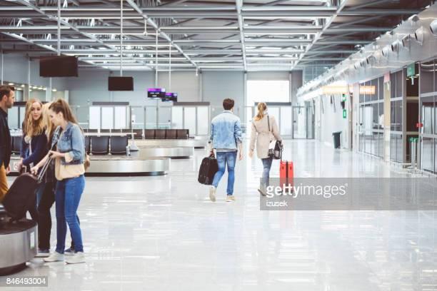 passagiere an bord flug im flughafen zu fuß - izusek stock-fotos und bilder
