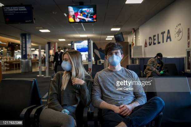covid-19パンデミックのためラガーディア空港でフェイスマスクを着用した乗客 - デルタ航空 ストックフォトと画像