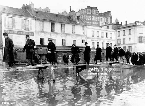 Passerelle improvisée rue de Passy lors des inondation à Paris France en 1910