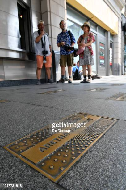 Passersby pay their respects to Aretha Franklin at the Apollo Theater on August 16 2018 in New York City Franklin passed away on August 16 2018 at...