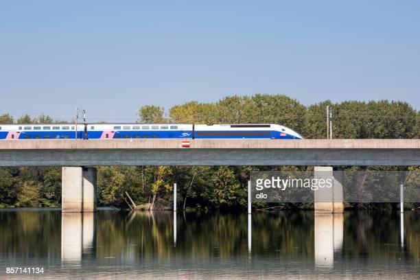 tgv passe un pont sur la rivière saône - tgv photos et images de collection