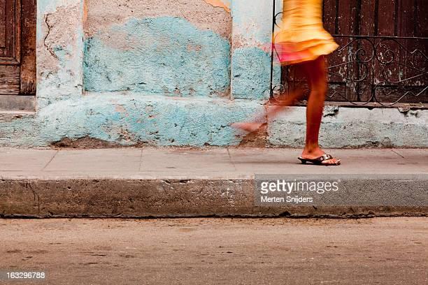 passing feet of girl in yellow skirt - キューバ サンタクララ ストックフォトと画像