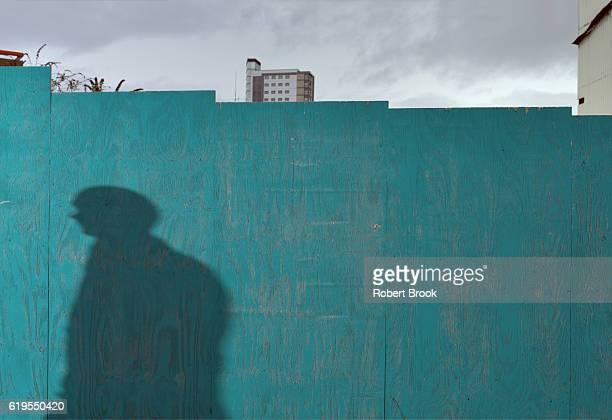 passing shadow - représentation humaine photos et images de collection